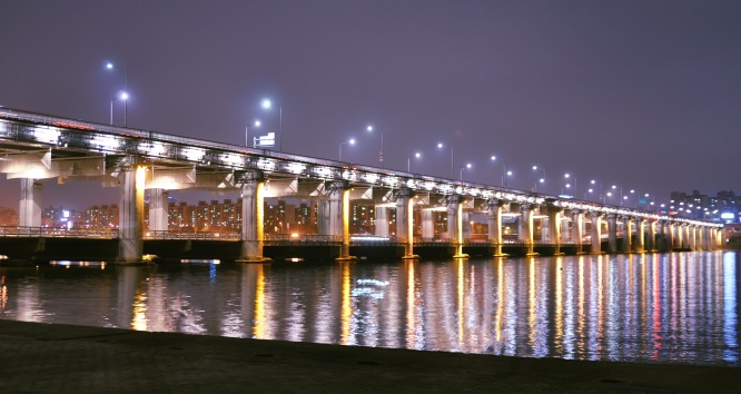 Banpbo Bridge (반포대고) at night