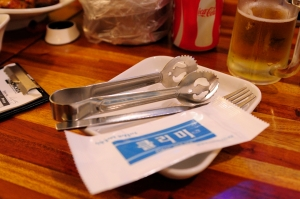 Everyone is given tongs, a fork and a wet napkin. A really nice touch since chicken is not the cleanest of things to eat.